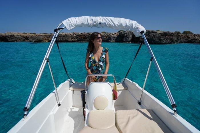 barco-sin-licencia-agua-cristalina