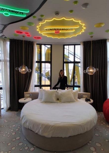 Luis Benshimol recomienda: mundo turistico | Dormir tras el cartel de Schweppes: la noche de hotel especial en Madrid